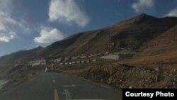 Truk-truk militer China di luar Biara Tarmo di daerah Driru, wilayah Otonomi Tibet.