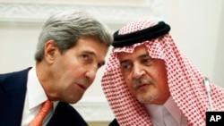 အေမရိကန္ႏုိင္ငံျခားေရးဝန္ႀကီး John Kerry (ဝဲ) Saud al-Faisal, in (ႏိုဝင္ဘာ ၄၊ ၂၀၁၃)