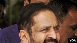 Suresh Kalmadi, saat tiba di Biro Pusat Investigasi di ibukota New Delhi, Senin (25/4).