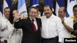 El ex presidente de Guatemala Vinicio Cerezo (izquierda) es felicitado por el presidente nicaraguense Daniel Ortega, durante la celebración del 25 aniversario de los Acuerdos de Esquipulas, el milércoles 8 de agosto de 2012.