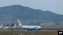북한에 억류됐다 풀려난 미국인 제프리 파울 씨를 태운 군용기가 21일 평양 순안 공항에서 이륙 준비를 하고 있다.