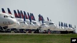 停泊在堪萨斯国际机场的达美航空公司的飞机。(2020年4月1日)