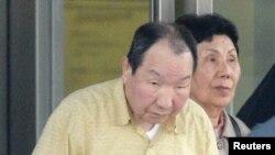 Ông Iwao Hakamada và em gái Hideko bên ngoài trại giam ở Tokyo, ngày 27/3/2014.