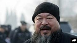 美联社资料照片:艺术家艾未未2010年11月17日来到文峪河法庭支持资深艺人吴玉仁