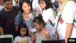 有家長帶同年幼子女參與六四27周年遊行 (美國之音 湯惠芸拍攝)