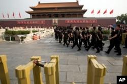 2014年5月北京天安门前发生汽车撞人事件后,保安人员走上金水桥
