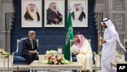 Birêz Kerry û wezîrê derve yê Erebistanê Mîr Saud El Feysel li Ciddeh, 25'ê Hezîranê, 2013.