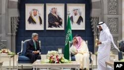 25일 사우디에서, 존 케리 미 국무장관(왼쪽)과 사우디 외무장관 사우드 알파이잘(오른쪽)이 얘기를 나누고 있다.
