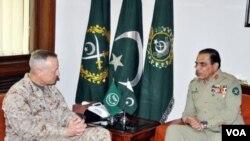 ຜູ້ບັນຊາການກໍາລັງທະຫານສະຫະລັດ ອາເມຣິກາ ແລະ NATO ທ່ານນາຍພົນ Jonh Allen ຢ້ຽມຢາມນາຍພົນ Ashfag Parvez Kayani (ຂວາ) ທີ່ປາກິສຖານໃນວັນພະຫັດ ທີ 2 ສິງຫາ, 2012