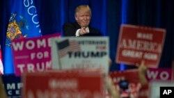 ຜູ້ສະໝັກແຂ່ງຂັນເປັນປະທານາທິບໍດີ ສັງກັດພັກຣີພັບບລີກັນ ທ່ານ Donald Trump ໂຄສະນາຫາສຽງ ຢູ່ທີ່ມະຫາວິທະຍາໄລ ລັດ Wisconsin ໃນເມືອງ Eau Claire, ວັນທີ 1 ພະຈິກ 2016.