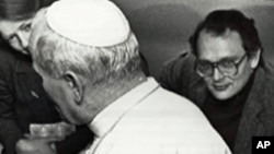 Jack Payton (r), then a reporter for UPI, accompanies Pope John Paul II to Rome after a trip to Turkey in 1979