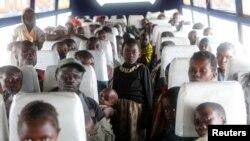Keluarga warga Kongo yang melarikan diri dari pertikaian etnis di Republik Demokratik Kongo dengan menyeberangi Danau Albert, duduk di dalam bus setelah tiba di kamp Badan PBB untuk Urusan Pengungsi (UNHCR) di Kyangwali, Uganda, 19 Maret 2018.