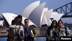 中国游客在澳大利亚悉尼拍照留念。