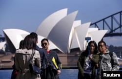 Khách du lịch Trung Quốc tự chụp ảnh trước nhà hát opera Sydney ở Úc, ngày 28 tháng 9 năm 2015.