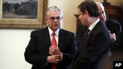 Thủ tướng Hy Lạp Lucas Papademos (trái) nói chuyện với Bộ trưởng Tài chính mới được bổ nhiệm Philippos Sachinidis tại Athens, 21/3/2012