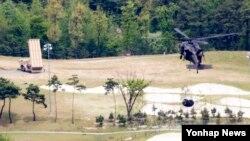 주한미군이 2일 사드가 배치된 경북 성주골프장으로 유류를 수송하고 있다. 미군은 이틀 전 유조차 2대를 성주골프장으로 반입하려다가 주민 제지로 실패한 바 있다.