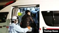 14일 아시아나항공 여객기가 일본 히로시마 공항에 착륙하면서 활주로를 벗어나는 사고가 발생, 23명이 부상했다고 교도통신이 보도했다. 사진은 오후 10시5분께 히로시마공항에서 구급차에 올라타는 승객.