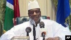L'ex-président gambien Yahya Jammeh déclarant accepter de céder le pouvoir au président élu Adama Barrow, à Banjul, le 21 janvier 2017. Image du discours diffusé sur la télévision d'Etat.