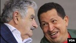 Los presidentes Mujica y Chávez dan inicio a una conferencia de prensa en la Residencia Presidencial de Suárez y Reyes, en Montevideo.