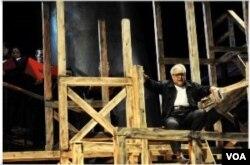 """Adi Kurdi di panggung opera """"Tan Malaka""""."""