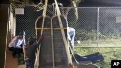 El monumento a los Diez Mandamientos fue retirado de los jardines del Capitolio de Oklahoma por orden de la Corte Suprema estatal y tras demandas de varios grupos para colocar sus propios monumentos.