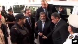 축출된 무함마드 무르시 전 이집트 대통령(가운데)이 지난 3일 살인교사 혐의 등에 관한 재판에 출석하고 있다.