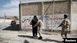 Tentara Pakistan memeriksa seorang pria di pintu gerbang kota Hazara di Quetta (Foto: dok). Dua orang militan dikabarkan tewas ketika pasukan keamanan menggerebek sebuah rumah di Quetta, ibukota provinsi Baluchistan, Kamis (6/6).