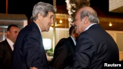 존 케리 미국 국무장관이 26일 요르단 암만 주재 팔레스타인 대사관에서 팔레스타인 대사가 이야기를 나누고 있다.