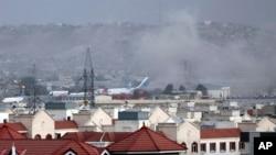 خودکش دھماکوں کے بعد کابل ایئرپورٹ کے قریب دھوئیں کے بادل بلند ہو رہے ہیں۔ 26 اگست 2021