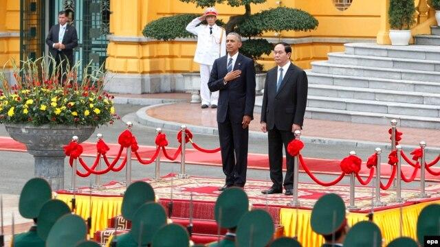 Tổng thống Barack Obama (trái) và Chủ tịch nước Trần Đại Quang (phải) duyệt đội danh dự tại Phủ Chủ tịch, Hà Nội, Việt Nam, ngày 23 tháng 5 năm 2016.