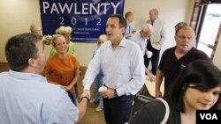 Mantan Gubernur Minnesota, Tim Pawlenty (tengah) mengundurkan diri dari persaingan calon presiden Partai Republik setelah kalah di Iowa hari Sabtu (13/8).