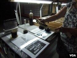 俄羅斯漢特-曼西斯克市石油資源博物館,工作人員介紹當地勘探和開採的石油。(美國之音白樺 拍攝)
