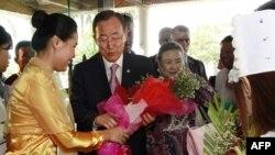 در يانگون (برمه) دبیر کل سازمان ملل متحد، بان کی مون (وسط چپ) و همسرش يو سون تائک (وسط راست) در لحظه ورودشان از دست کارکنان هتل گل دريافت می کنند – ۱۰ ارديبهشت ۱۳۹۱