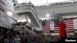 美国民主党总统参选人希拉里·克林顿在爱奥华州立大学发表讲话。