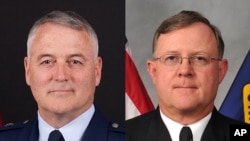 Mayjen Angkatan Udara Michael J. Carey (kiri) dan Laksamana Angkatan Laut Tim Giardina.