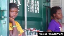 "Des migrantes attendent de débarquer du bateau espagnol ""Rio Segura"" qui les a sauvées en Mediterranée, Pozzallo, Sicile, Italie, 7 octobre 2015 (Nicolas Pinault)"