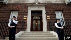 Petugas kepolisian Inggris tengah berjaga di depan Lindo Wing, rumah sakit St. Maryin London (22/7). Istri Pangeran William, Kate, dikabarkan telah masuk rumah sakit dan sedang dalam tahap awal persalinan.