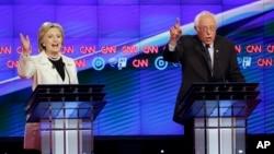 Thượng nghị sĩ bang Vermont Bernie Sanders và cựu ngoại trưởng Hoa Kỳ Hillary Clinton trong cuộc tranh luận tại Brooklyn, New York, ngày 14/4/2016.