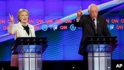 14일 미국 뉴욕 시에서 민주당 대선 후보 TV 토론회가 열린 가운데, 힐러리 클린턴 후보(왼쪽)와 버니 샌더스 후보가 열띤 논쟁을 벌이고 있다.
