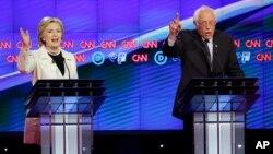 Les candidats démocrates Bernie Sanders et Hillary Clinton lors du débat organisé par CNN à Brooklyn, le 14 avril 2016. (AP Photo/Seth Wenig)