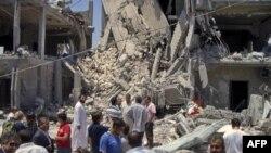 Novinari i libijski zvaničnici obilaze zgradu pogođenu u, kako je saopštila libijska vlada, vazdušnom napadu NATO-a