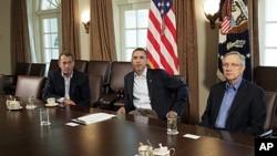 图为美国总统奥巴马7月23日在白宫与参院多数党领袖里德(右)和众院议长博纳商讨债务问题