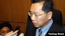 북-일 적십자 실무회담 북측 수석대표인 리호림 조선적십자회 중앙위원회 서기장이 20일 중국 선양에서 회담을 마친 뒤 기자단의 질문에 답하고 있다.