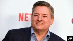 """CEO de Netflix, Ted Sarandos, llega al estreno en Los Ángeles de """"Girlboss"""" en el teatro ArcLight de Hollywood el lunes, 17 de abril de 2017."""