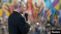 Presiden Rusia Vladimir Putih berpidato di Moskow memperingati setahun aneksasi Krimea dari Ukraina, hari Rabu (18/3).