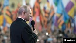 Tổng thống Nga Vladimir Putin phát biểu trước đám đông trong một buổi hòa nhạc ở trung tâm Moscow, đánh dấu ngày ký hiệp ước sáp nhập bán đảo Crimea, 18/3/2015.
