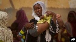 Une femme et son enfant arrivant dans un centre nutritionnel ambulant à Mao, chef-lieu de la région de Kanem au Tchad, le 17 avril 2012. (Photo AP)
