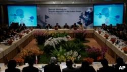 Para peserta pertemuan khusus mengenai migran di Samudera Hindia terkait krisis migran Rohingya dan Bangladesh di Bangkok (29/5). (AP/Charles Dharapak)