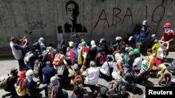 Para pendukung oposisi Jumat (9/6) mengenang remaja usia 17 tahun, Neomar Lander, yang tewas dalam aksi protes menentang Presiden Nicolas Maduro di Caracas, Venezuela.