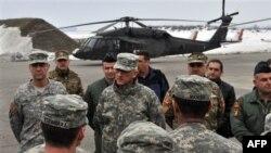 ABD Avrupa Kuvvetleri komutanı Korgeneral Mark Hertling, Karadağ askeri hava alanında açıklama yaparken